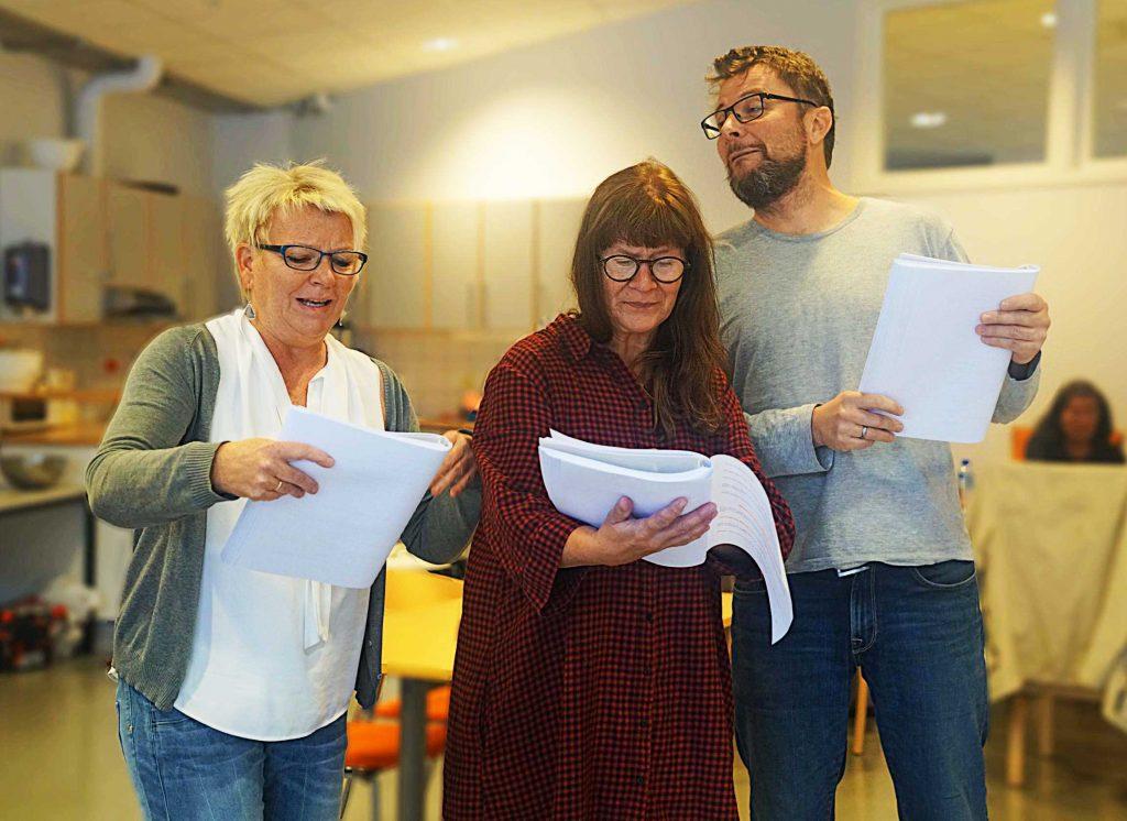 Gro Janet, Siv og Johnny leser